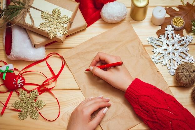 Meisje schrijft een brief aan de kerstman