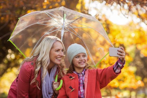 Meisje selfie te nemen met moeder in het park