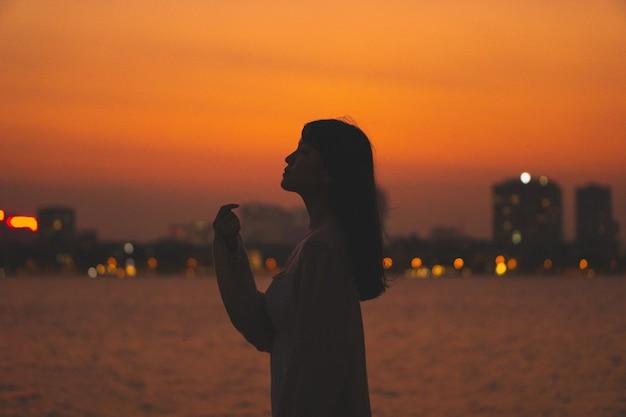 Meisje silhouet portret en prachtige zonsondergang