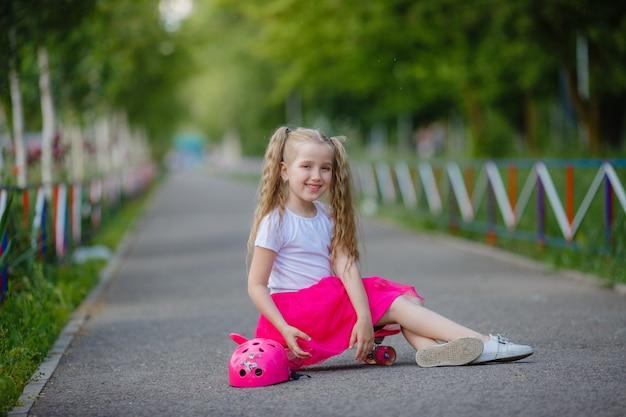 Meisje skateboarden in het park in de zomer