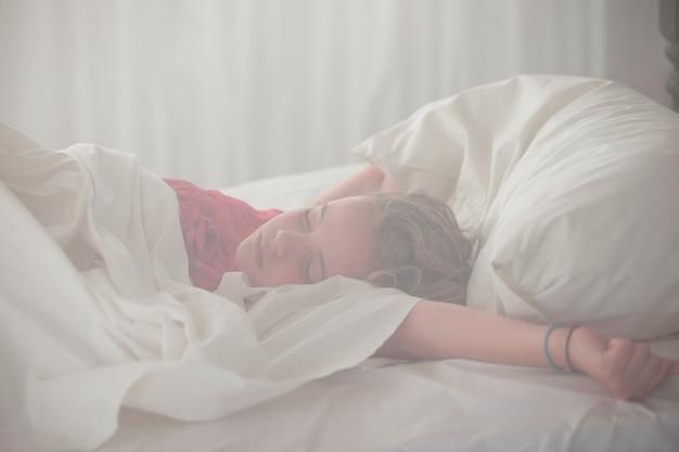 Meisje slaapt in manda bay resort