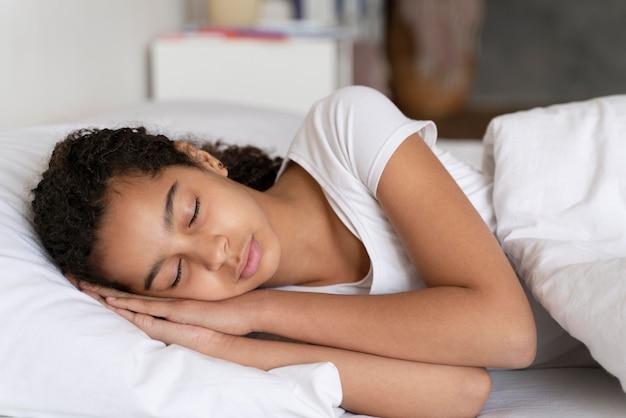 Meisje slaapt voordat ze naar school gaat