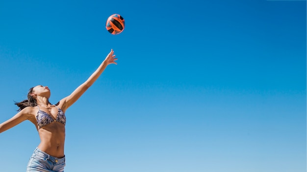 Meisje slaat volleybal