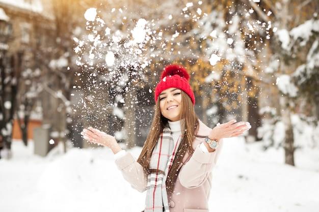 Meisje sneeuw mode mooie winter