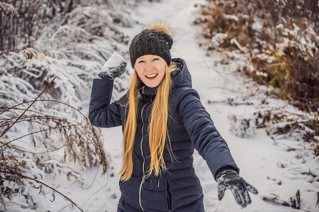 Meisje sneeuwbal gooien
