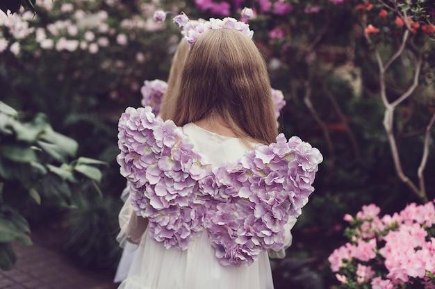 Meisje snuiven bloemen van azalea's. bloeiende azalea's in het park