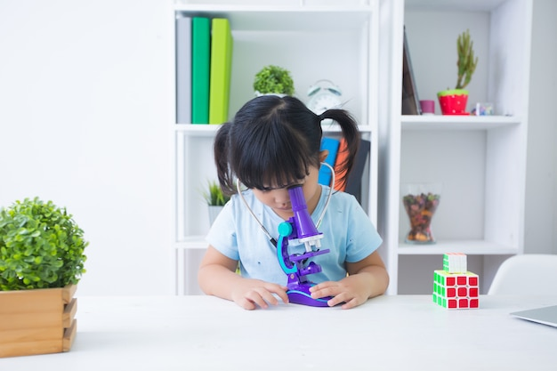 Meisje speelarts met stethoscoop