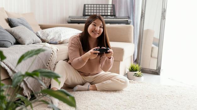 Meisje speelspel met volledige opname van de controller