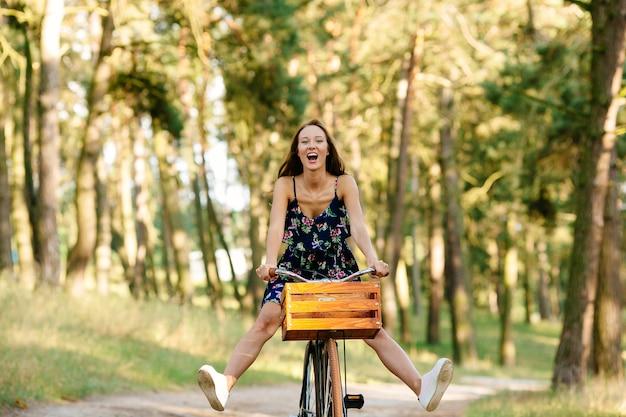 Meisje speelt de dwaas op de fiets.