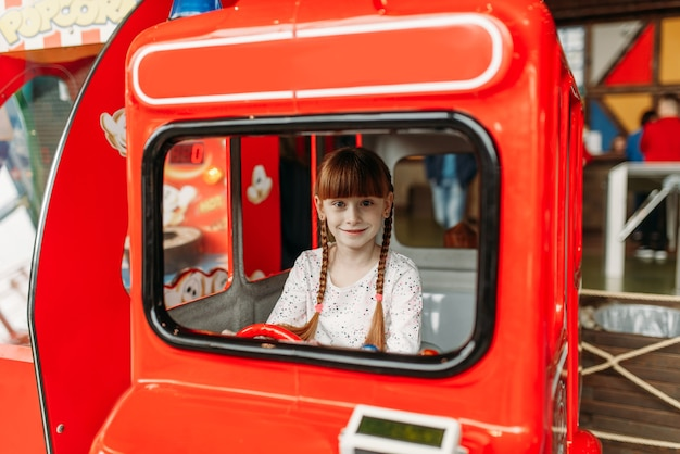 Meisje speelt een buschauffeur, game-machine