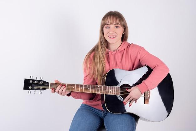 Meisje speelt gitaar om het te delen op sociale netwerken