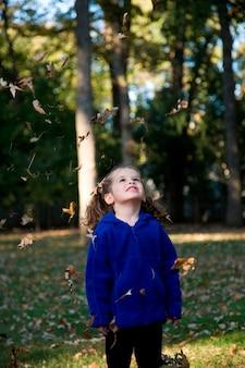 Meisje speelt in de tuin