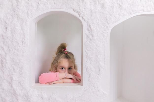 Meisje speelt in het kinderhuisje in de zoutgrot.