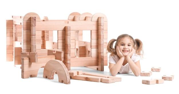 Meisje speelt met afhaalhuis op wit