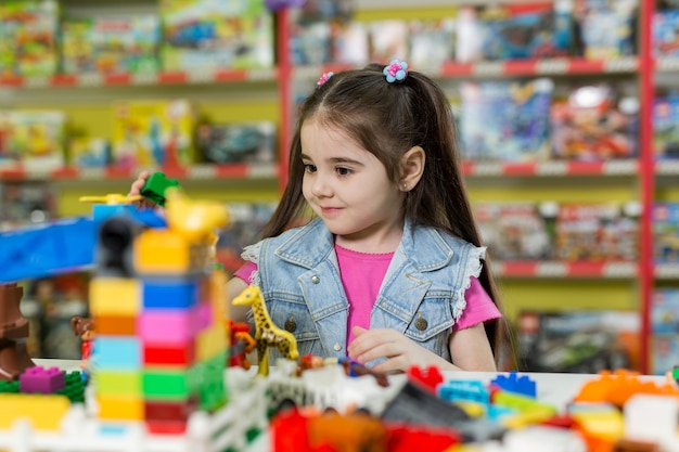 Meisje speelt met bouwblokken