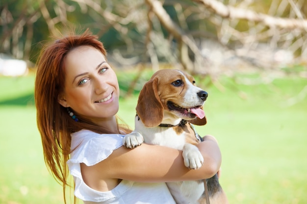 Meisje speelt met haar hond in de herfst park