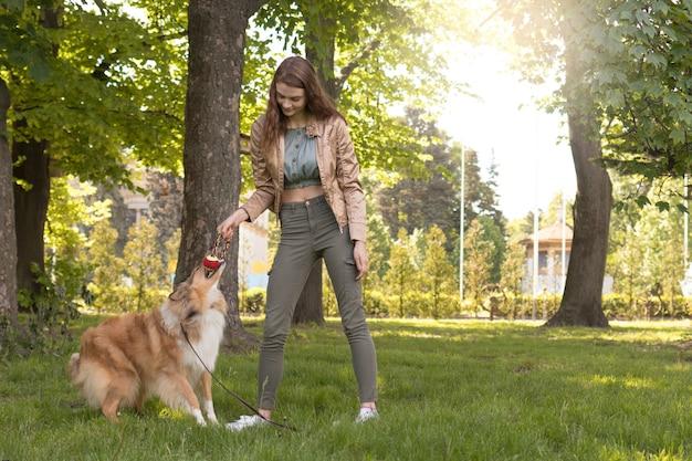 Meisje speelt met haar hond in het park