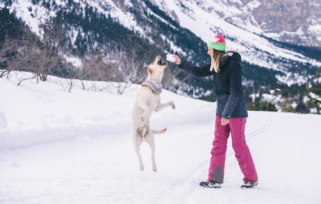 Meisje speelt met hond