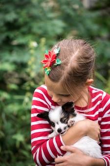 Meisje speelt met puppy's op het gras