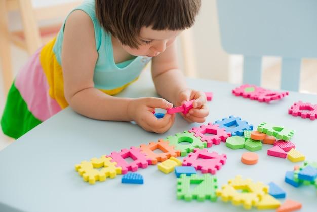 Meisje speelt met puzzel, vroeg onderwijs