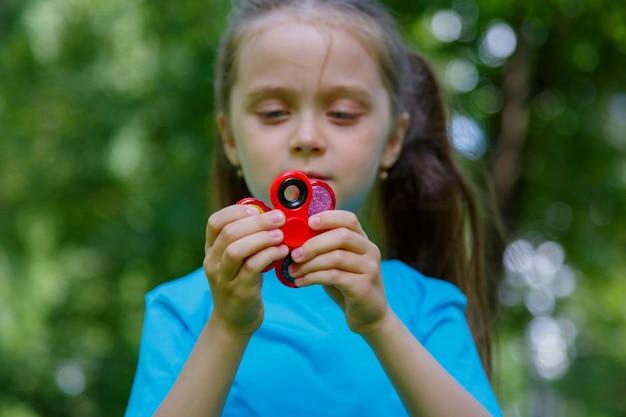 Meisje speelt met twee spinners
