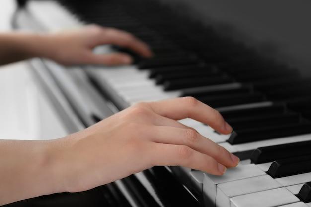 Meisje speelt op piano