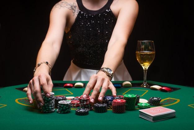 Meisje speelt poker en verhoogt weddenschappen met fiches