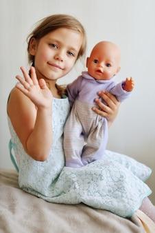Meisje speelt thuis met haar pop