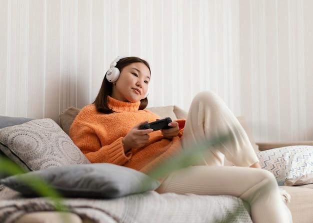 Meisje speelt videogame met controller