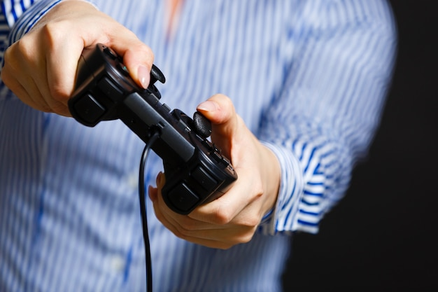 Meisje speelt videogame met joystick.