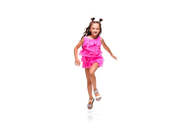 Meisje springen en rennen geïsoleerd op wit