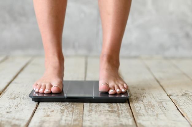 Meisje, staand, op, scales. lichaam positief. maat plus
