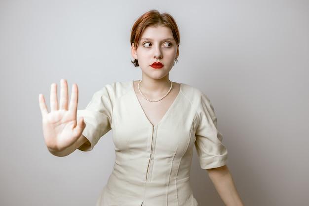 Meisje steekt haar hand naar voren, zegt stop