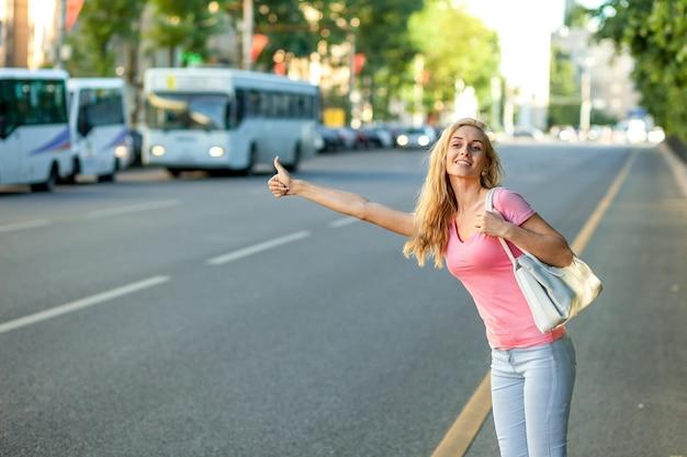 Meisje stopt de auto in de stad
