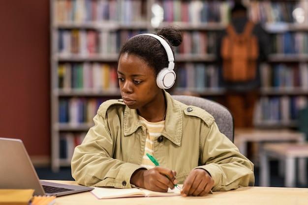 Meisje studeert in de universiteitsbibliotheek
