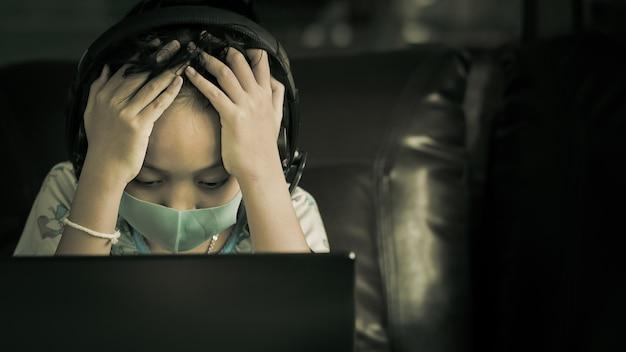 Meisje studeert online met stress totdat ze hoofdpijn heeft. concept van online leerprobleem