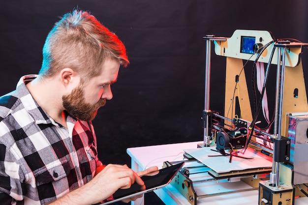 Meisje student maakt het item op de 3d-printer