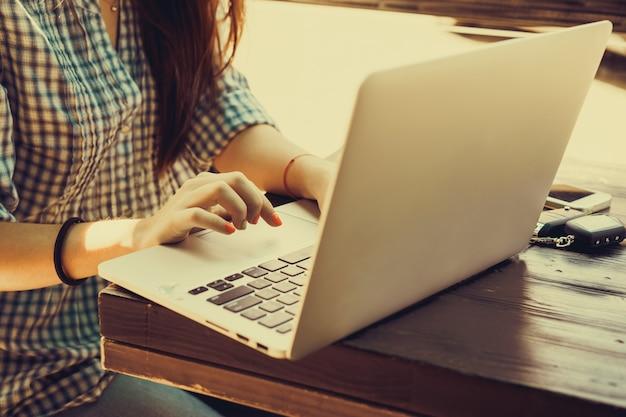 Meisje te schrijven op een laptop