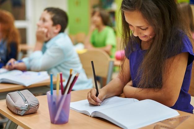 Meisje tekening in haar notitieboekje