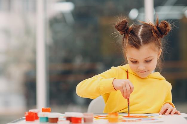 Meisje tekening kunst foto schilderij met penseel en aquarelverf