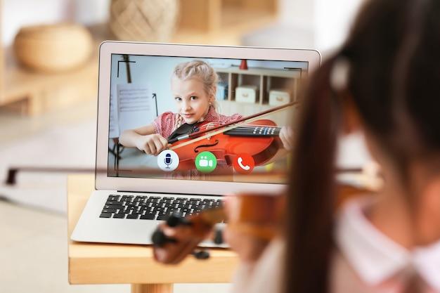 Meisje thuis muziek studeren met haar vriend online