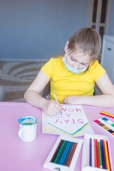 Meisje thuis samen te trekken tijdens de quarantaine. jeugdspelen, tekenkunsten, thuis blijven concept