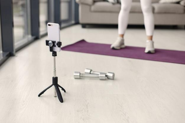 Meisje thuis. vrouw maakt yoga. lady schiet een videoblog.