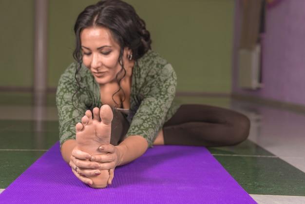 Meisje uitvoeren van yoga houdingen in een studio