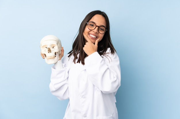 Meisje van de politie forensisch specialist over het geïsoleerde glimlachen