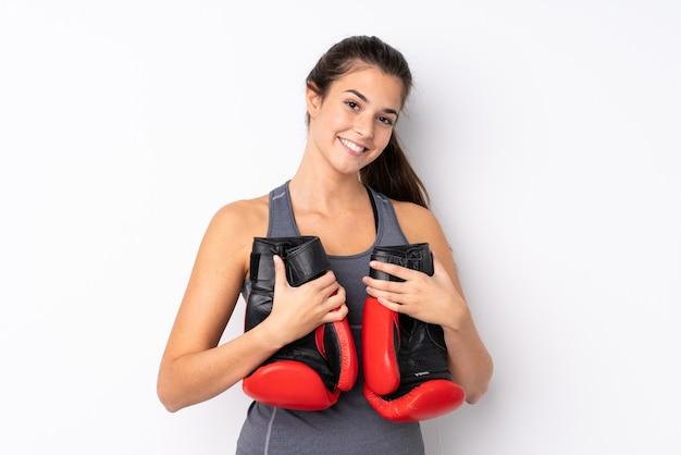 Meisje van de tiener het braziliaanse sport met bokshandschoenen