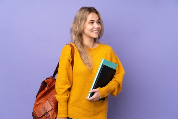Meisje van de tiener het russische student dat op purple wordt geïsoleerd