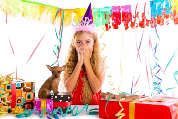 Meisje van het partij het blonde jonge geitje gelukkig met aanwezig puppy