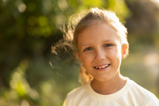 Meisje van zeven jaar op een wandeling in de natuur