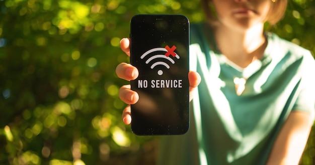 Meisje verdwaald in het bos, mobiele telefoon geen signaalscherm, op zoek naar hulp, communicatie in de bosbannerfoto